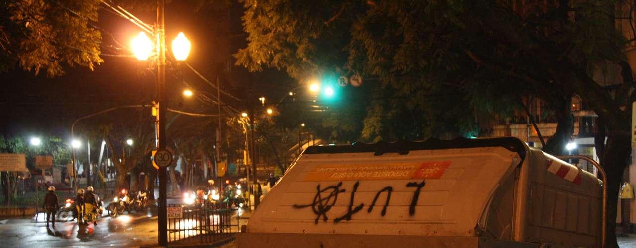 24de junho - Coletor de lixo arrastado e pichado no meio da Avenida Borges de Medeiros, no Centro Histórico de Porto Alegre