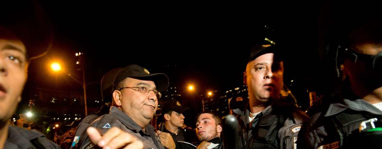 24 de junho -Homem é detido por policiais em meio à manifestação no Rio de Janeiro nesta segunda-feira