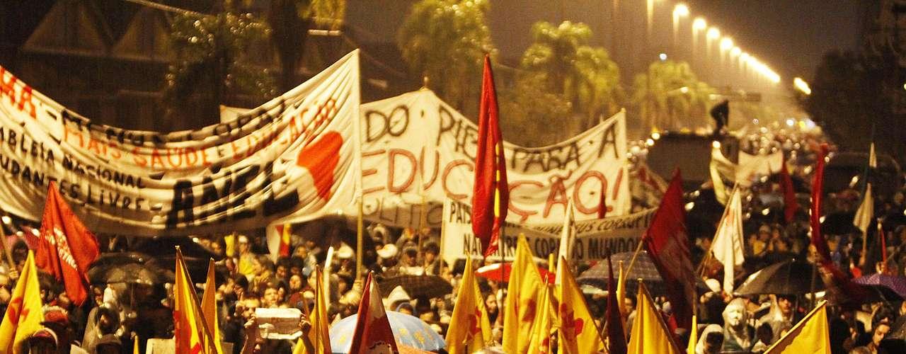24 de junho - Policiais e manifestantes entraram em conflito na noite desta segunda-feira, em um novo protesto realizado em Porto Alegre