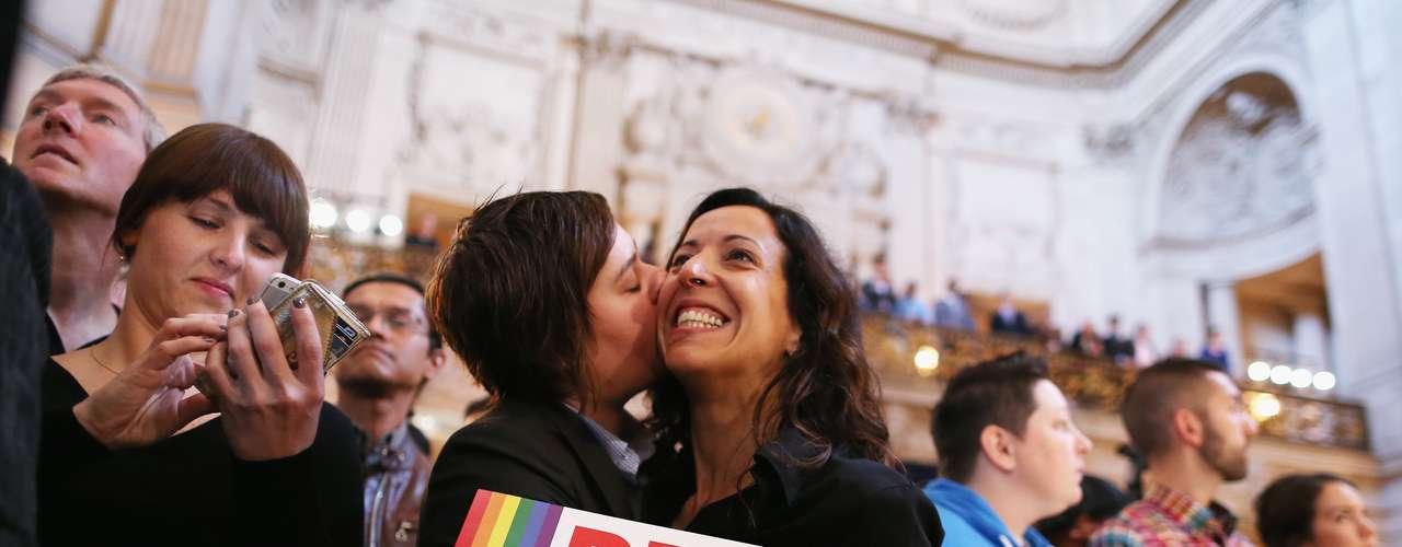 Casal celebra em São Francisco após o anúncio da decisão da Suprema Corte