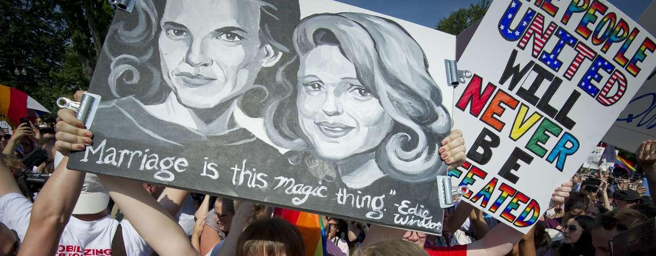 Ativistas do casamento gay celebram do lado de fora da Suprema Corte dos Estados Unidos