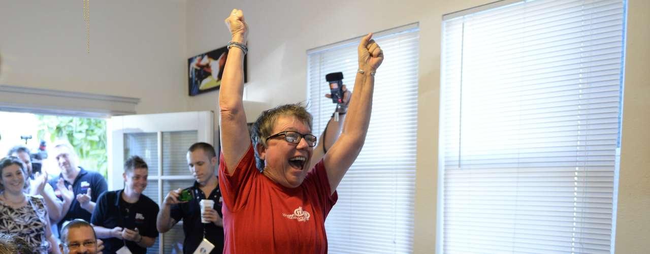 Tina Reynolds celebra a decisão no centro da comunidade LGBT em Sacramento, Califórnia