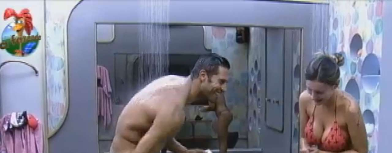 Beto Malfacini e Andressa Urach tomaram banho juntos na noite de 25 de junho. Enquanto se ensaboavam, os dois conversaram sobre os rumos do jogo e dificuldades das provas do reality show 'A Fazenda', da Record