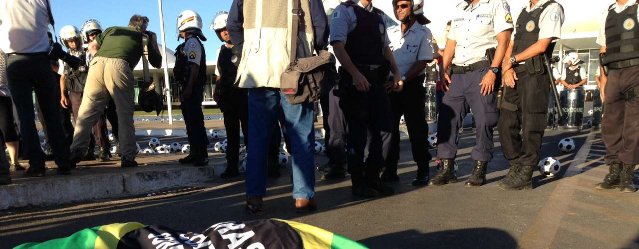 26 de junho -  Em Brasília, manifestantes começaram a chegar no gramado do Congresso pouco antes das 17h
