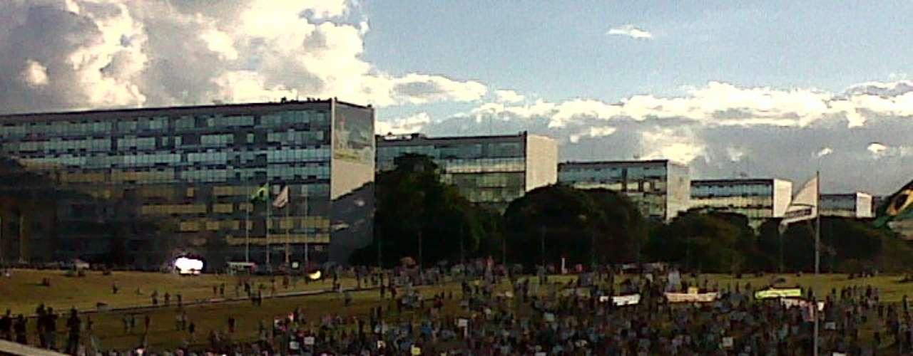 26 de junho -   A pauta do movimento em Brasília era contra a PEC 37, que foi derrubada no Congresso na noite de ontem, mas continua contra a PEC 33 e contra a PEC 99