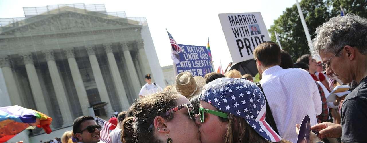 As namoradas Sarah Beth Alcabes e Meghan Cleary, da Califórnia, beijam-se após a decisão da Suprema Corte em Washington