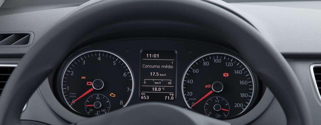 O carro conta com computador de bordo que indica o momento de troca de marchas