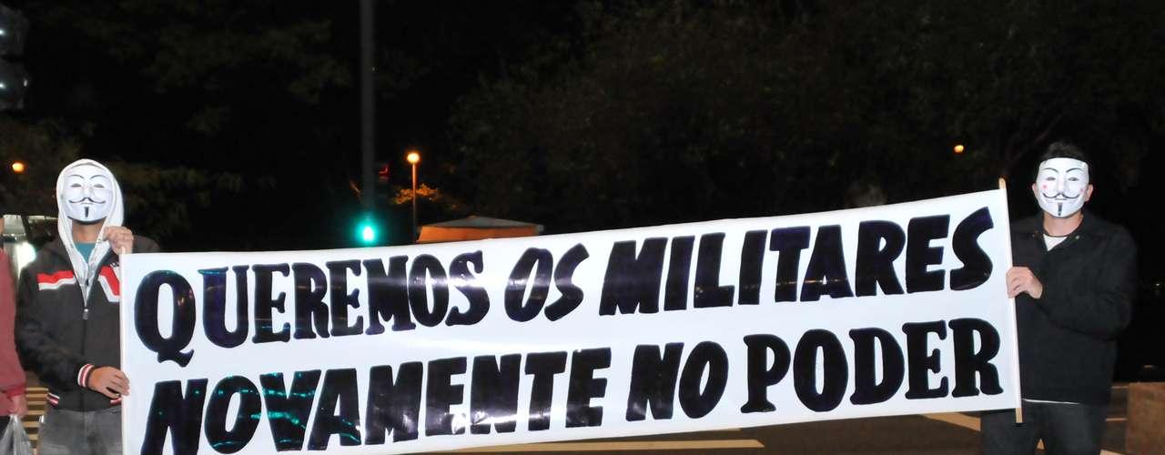 26 de junho -Manifestantes pedem o retorno dos militares ao poder em protesto na avenida Paulista, em São Paulo
