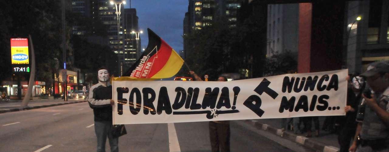 26 de junho -Manifestantes pedem a saída da presidente Dilma Rousseff em protesto na avenida Paulista, em São Paulo