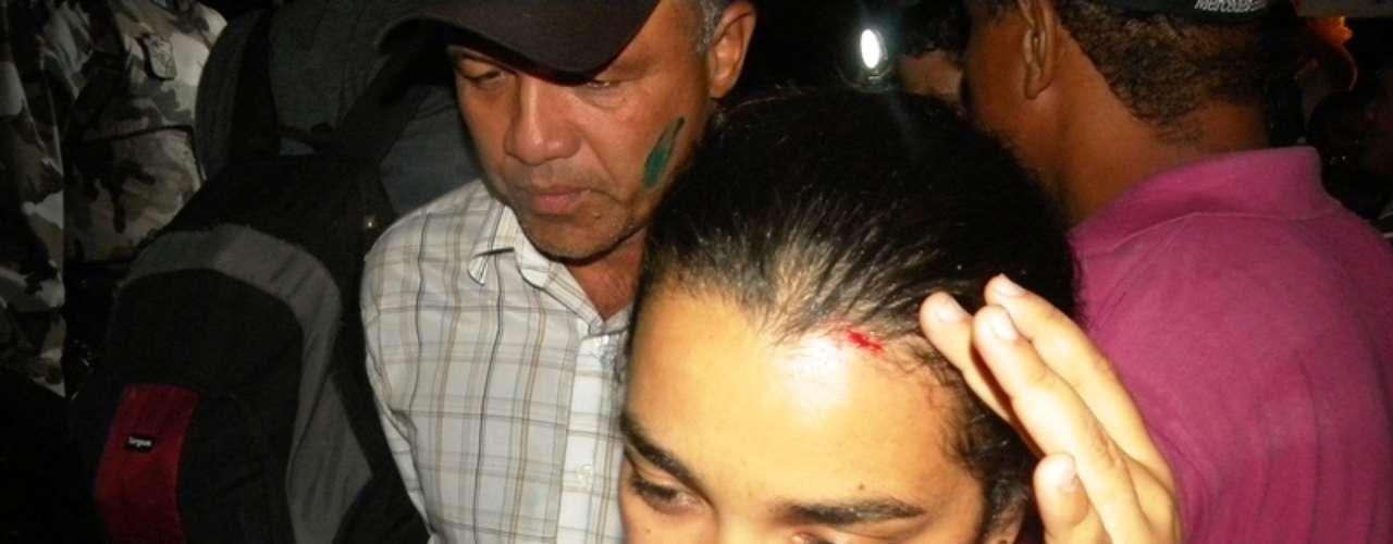 25 de junho - Na chegada à sede da prefeitura, a repórter cinematográfica Ana Lícia Menezes, do jornal Cinform, foi atingida na testa por uma pedra arremessada do meio da multidão