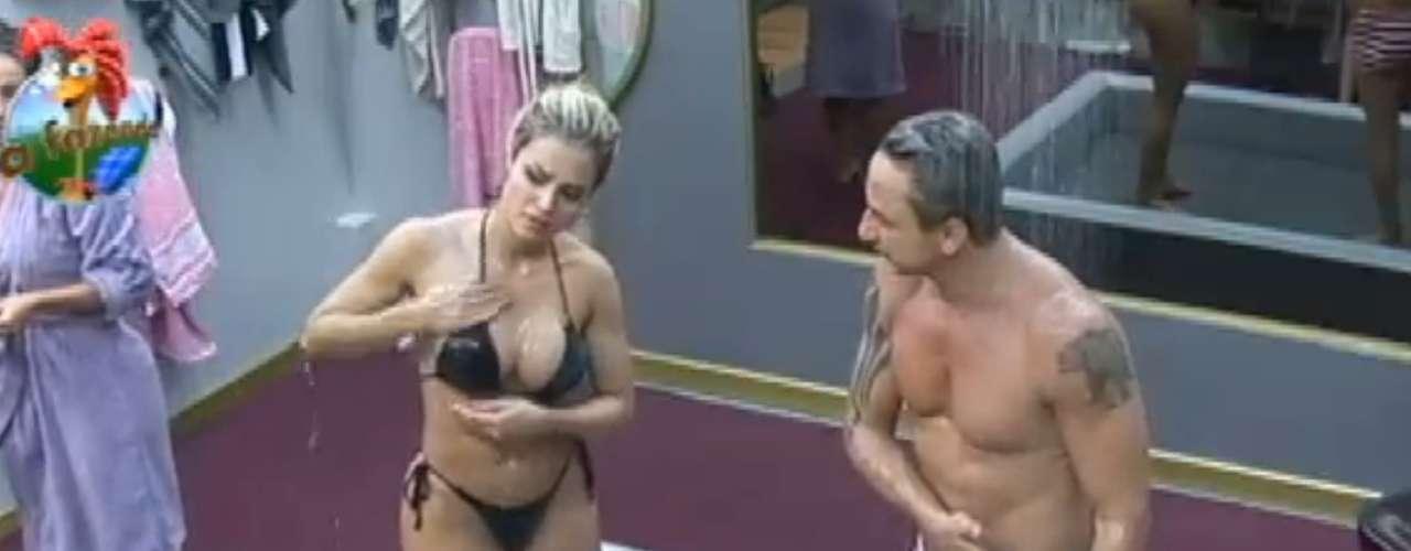 Aryane Steinkopf e Paulo Nunes tomaram banho juntos após a festa junina que rolou em 'A Fazenda' na madrugada do dia 27 de junho