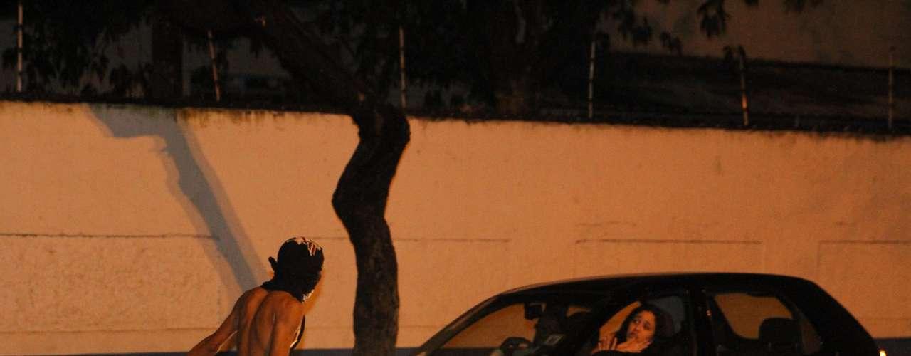 26 de junho - Jovem ameaça mulher dentro de carro durante protesto no Recife
