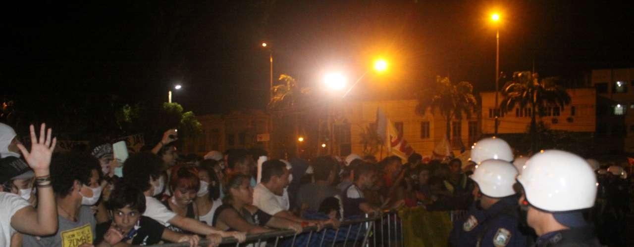 26 de junho - Grupo ameaçou invadir a prefeitura e de Belém durante protesto. Manifestantes chegaram a forçar a grade que cerca o prédio