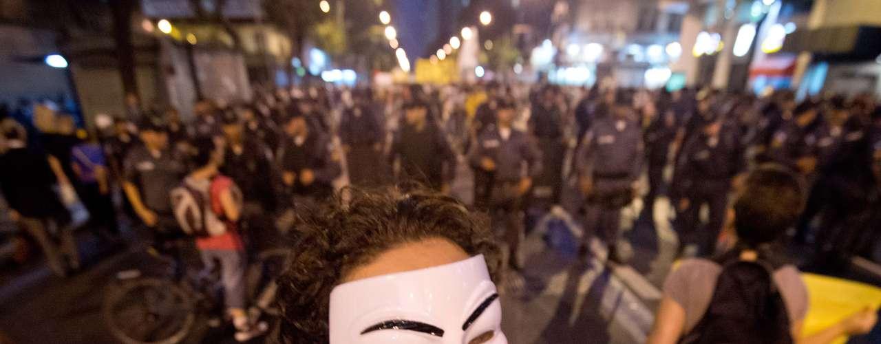 27 de junho -  Manifestante com máscara do personagem Guy Fawkes durante protesto no Rio de Janeiro