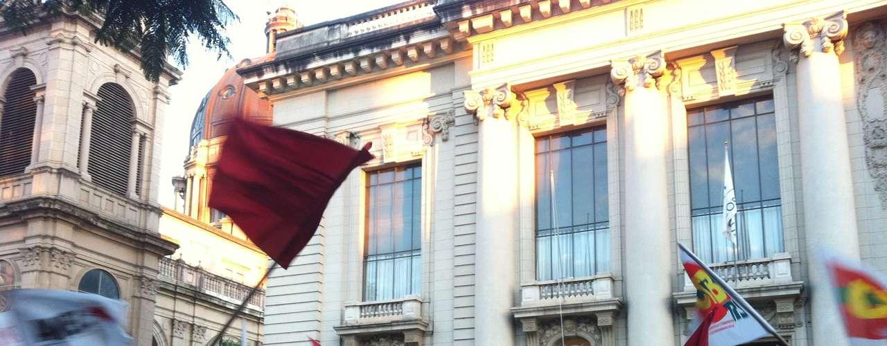27 de junho -  Em frente ao palácio do Piratini, sede do governo do Estado do Rio Grande do Sul, um grupo de manifestantes protestava