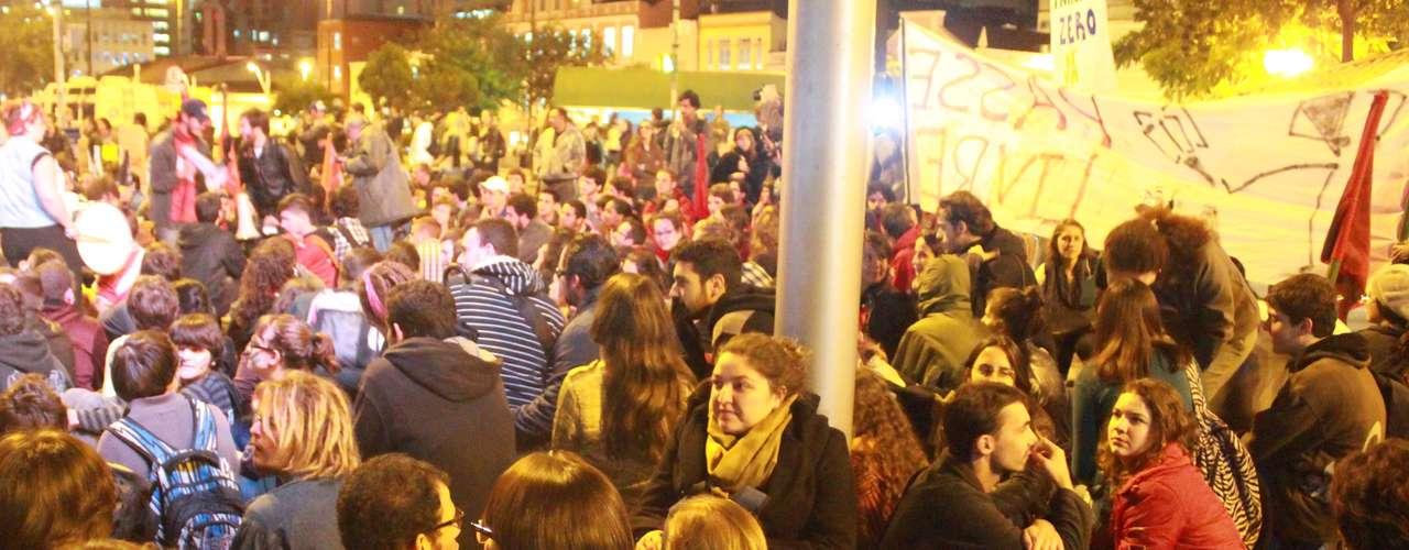 27 de junho - Em seguida, os manifestantes seguiram até a sede da Assembléia Legislativa de Santa Catarina e tomaram a avenida Mauro Ramos, uma das principais da região central da capital catarinense