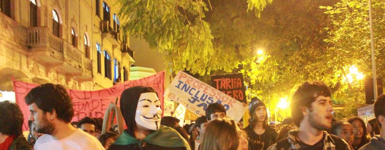 27 de junho - Formado em sua maioria por estudantes e integrantes de partidos políticos, o manifesto em Florianópolis começou no início da noite, diante do Terminal Integrado do Centro (Ticen).