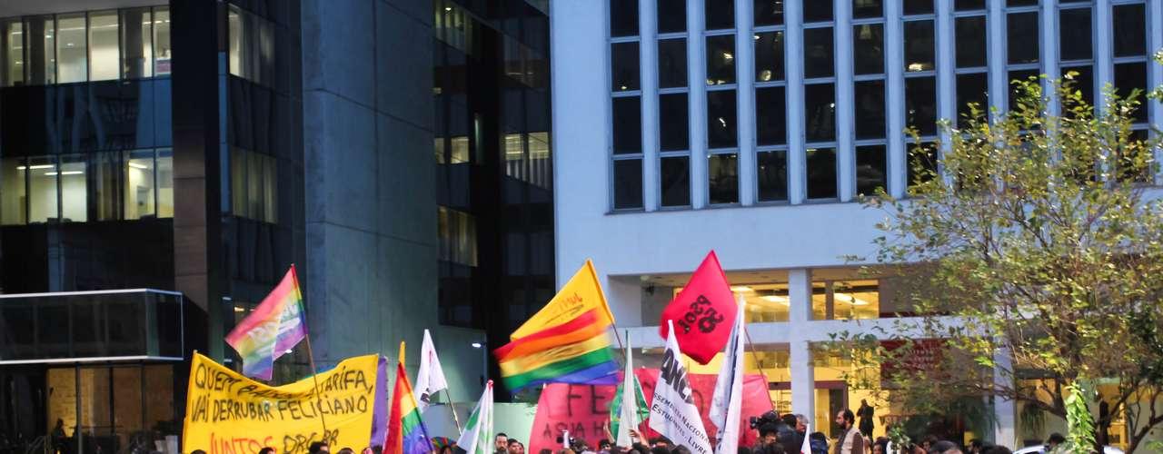 26 de junho - Em frente à sede do Partido Social Cristão, na avenida Brigadeiro Luiz Antônio, em São Paulo, o grupo promoveu um \