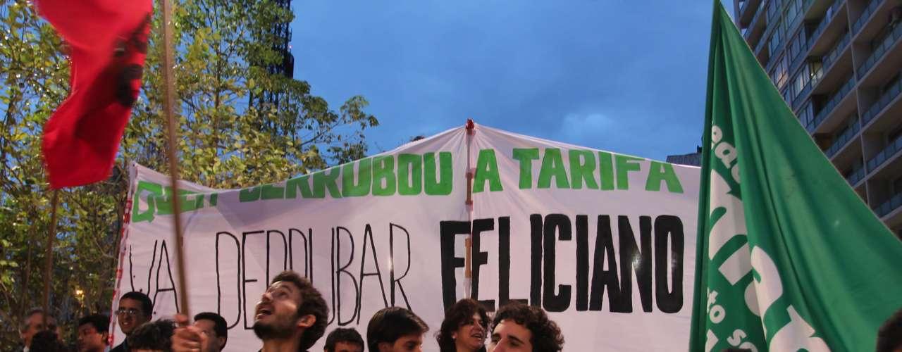26 de junho - Portando bandeiras, faixas e cartazes, um grupo percorreu a avenida Paulista, em São Paulo, por mais de uma hora, cantando \