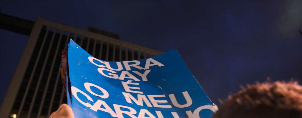 26 de junho -  Cerca de 300 pessoas participaram de mais um protesto, na noite desta quarta-feira, em São Paulo, para pedir a saída do deputado Marco Feliciano (PSC-SP) da presidência da Comissão de Direitos Humanos da Câmara