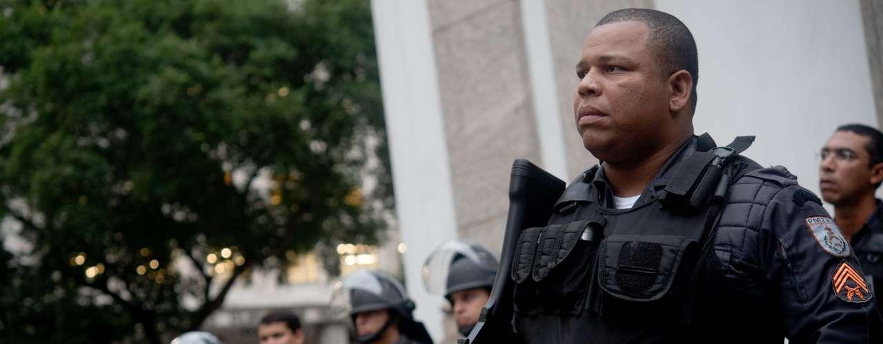 27 de junho -  Policiais enfileirados acompanham protesto pacífico no Rio