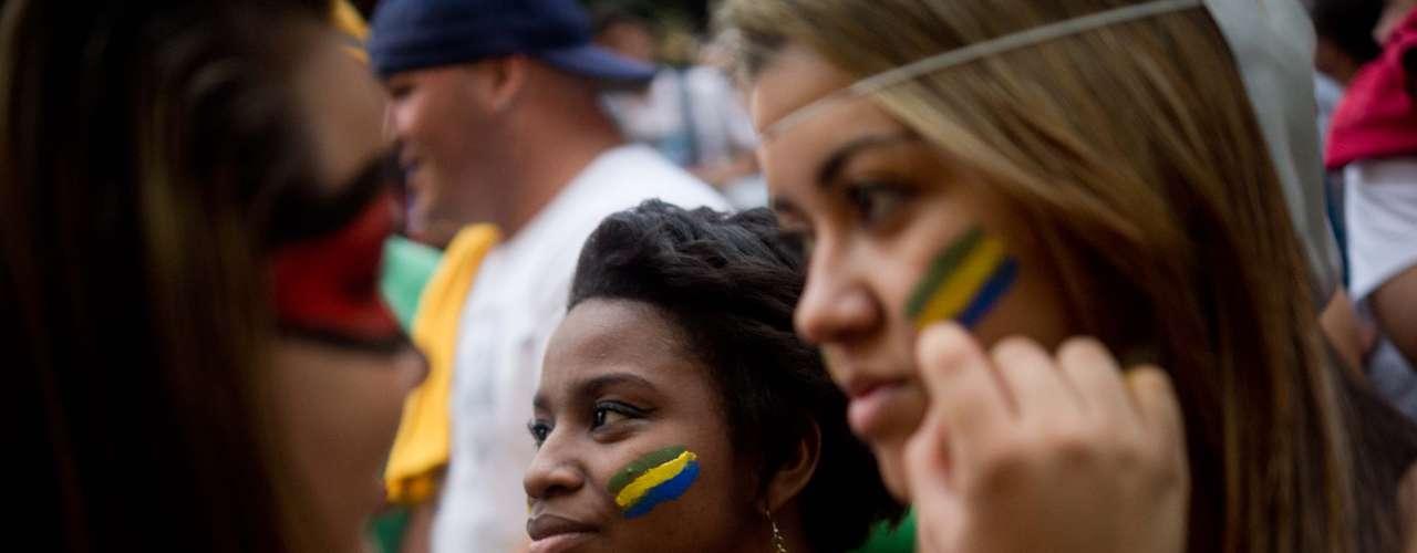 27 de junho -  Jovens pintam o rosto para protestar durante manifestação no Rio de Janeiro