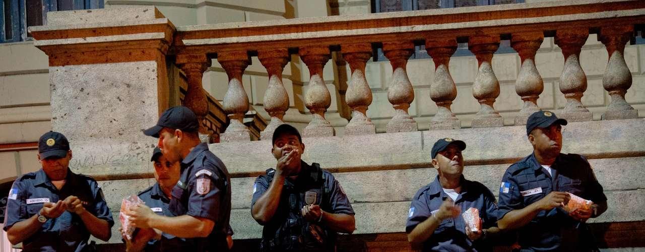 27 de junho -  Policiais fazem intervalo e comem pipoca durante protesto pacífico no Rio de Janeiro