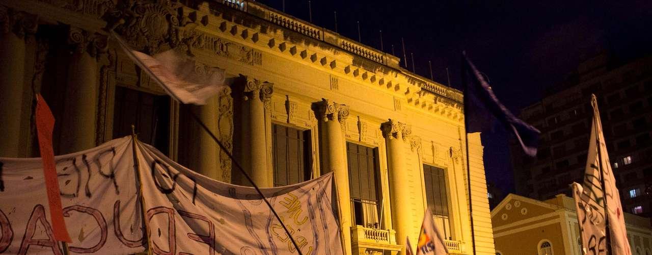 27 de junho - Cerca de 4 mil pessoas participaram de mais uma manifestação em Porto Alegre, na noite desta quinta feira, que desta vez se concentrou em frente ao Palácio Piratini, sede do governo do Estado, com show de música e discursos