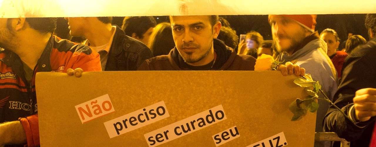 27 de junho - Protesto começou pacífico e em clima de festa em frente ao palácio do governo do RS, em Porto Alegre