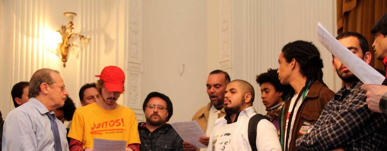 27 de junho - Manifestantes se encontram com o governador do Rio Grande do Sul, Tarso Genro durante ato no Palácio do Piratini, em Porto Alegre, contra a criminalização dos movimentos sociais