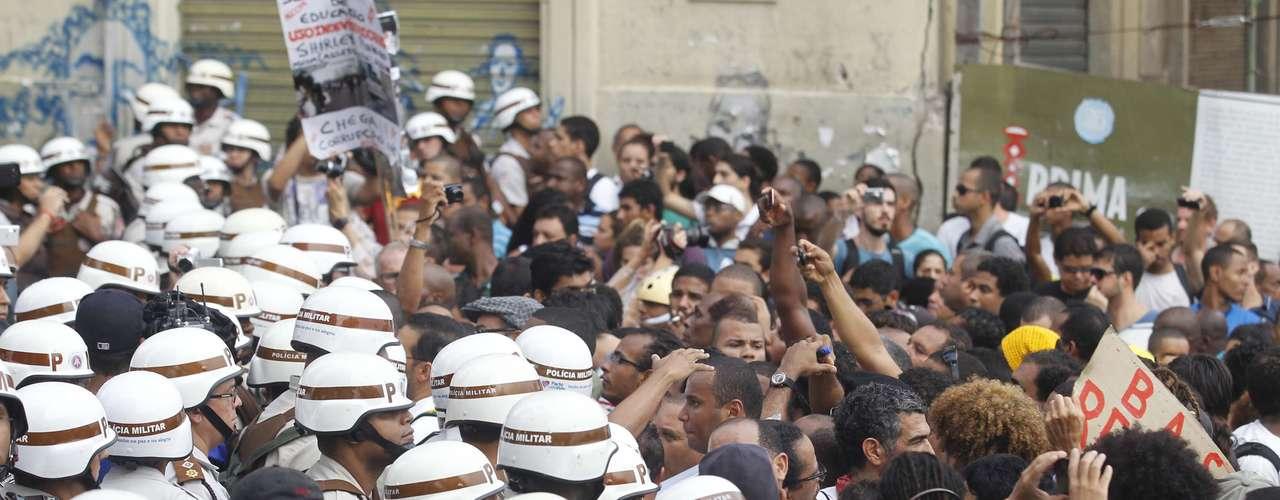 27 de junho - Em meio aos protestos em Salvador, nesta quinta-feira, quatro pessoas foram presas e nove adolescentes apreendidos suspeitos de cometerem atos de vandalismo.
