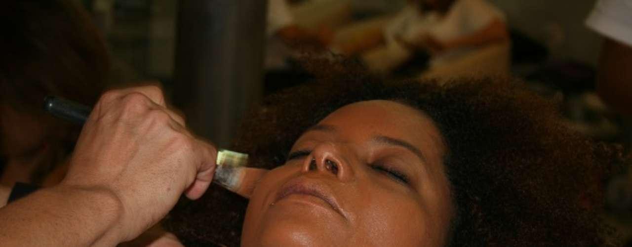 O maquiador Luciano Alencar, do Pierre Louis Coiffeur, ensina a fazer uma maquiagem especial para a pele negra, com a ajuda de Adriana Bombom. O primeiro passo é uniformizar a pele com uma base específica para o seu tom de pele. \