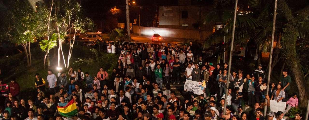 28de junho -Dezenas de bolivianos fazem protesto pedindo justiça em frente ao 49º DP no Bairro de São Mateus, em São Paulo (SP), após a morte do menino Brayan Yanarico Capcha