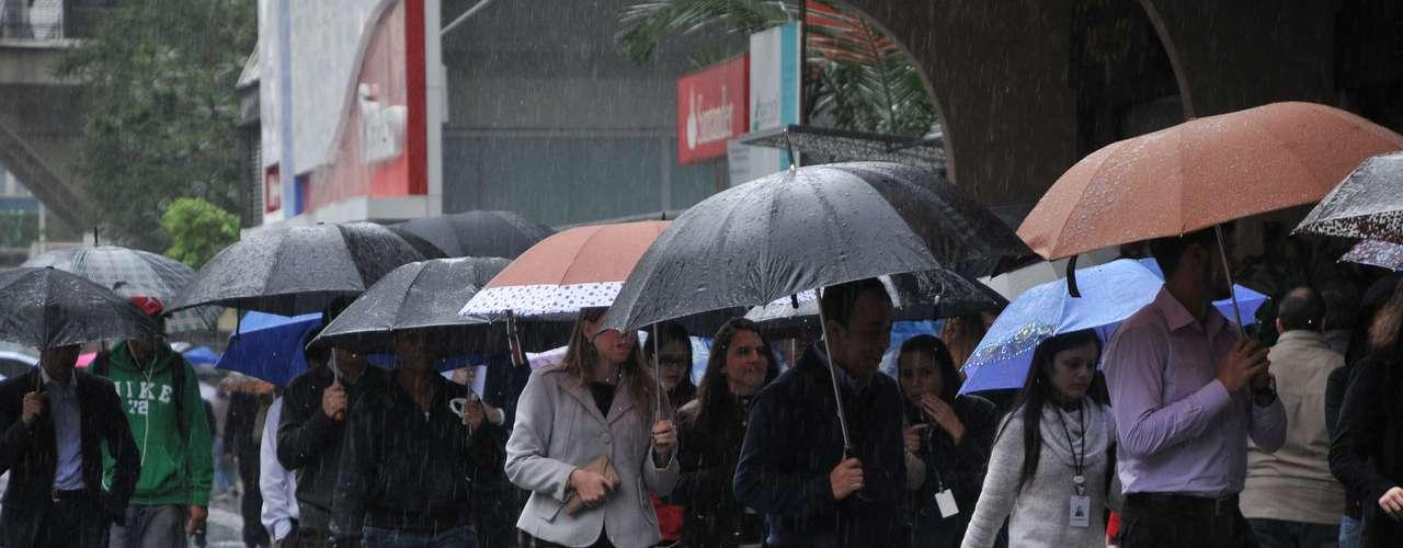 1° de julho - Por conta da chuva que cai sobre São Paulo, Centro de Gerenciamento de Emergência colocou cidade em estado de atenção para alagamento