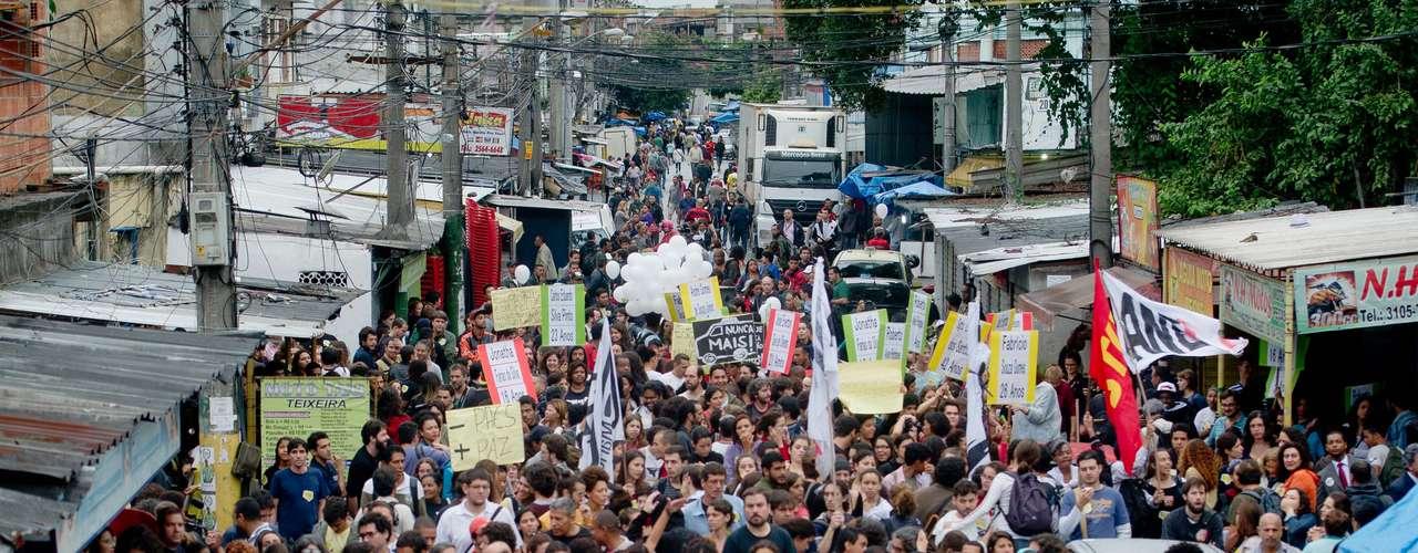 2 de julho - Cerca de 5mil moradores do Complexo de Favelas da Maré, na zona norte do Rio de Janeiro, realizam uma manifestação nesta terça-feira para reclamar da operação policial que resultou em 10 mortos no local há exatamente uma semana