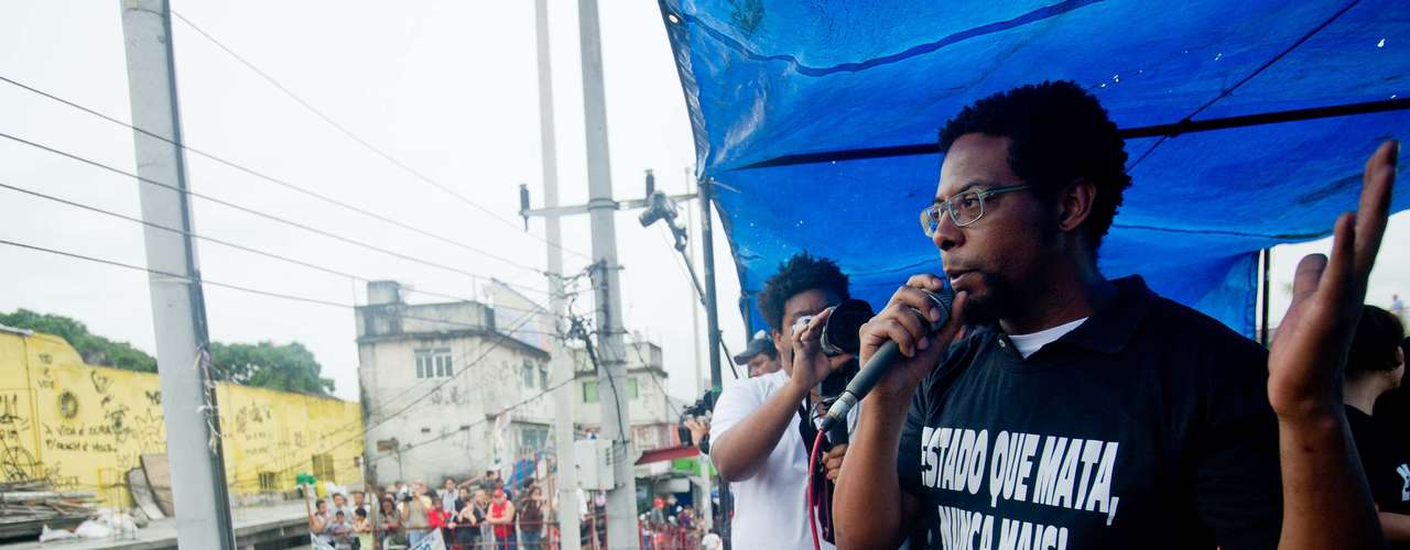 2 de julho -Artistas da favela da Maré, no Rio,subiram no carro de som para fazer apresentações, como o ator André Ramiro