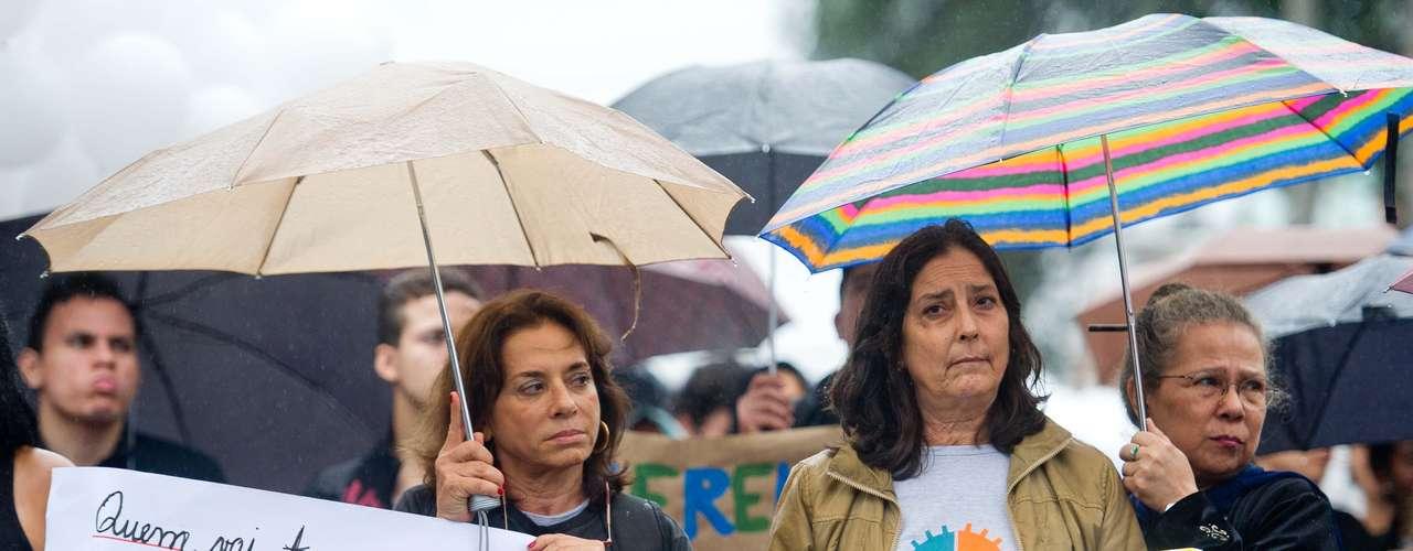 2 de julho -Os moradores carregam cartazes com os nomes de todas as vítimas de ação em favela no Rio