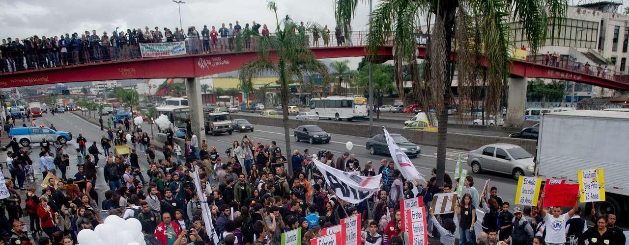 2 de julho - Um carro de som toma uma faixa da avenida Brasil na altura da rua Teixeira Ribeiro, na entrada da favela Nova Holanda, umas das 13 comunidades do complexo