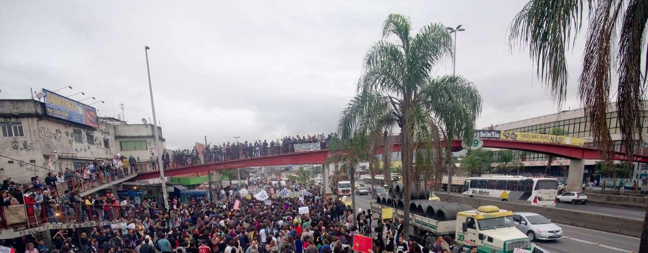 2 de julho - A via, a principal de entrada e saída para o Rio de Janeiro, apresentava complicações no trânsito. Motoristas de carros e caminhões que passavam pelo local buzinavam para os manifestantes em sinal de apoio