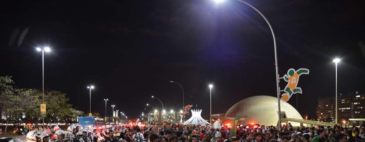 1º de julho - Cerca de 500 pessoas, conforme a Polícia Militar, participam de protesto contra a corrupção nesta segunda-feira em Brasília