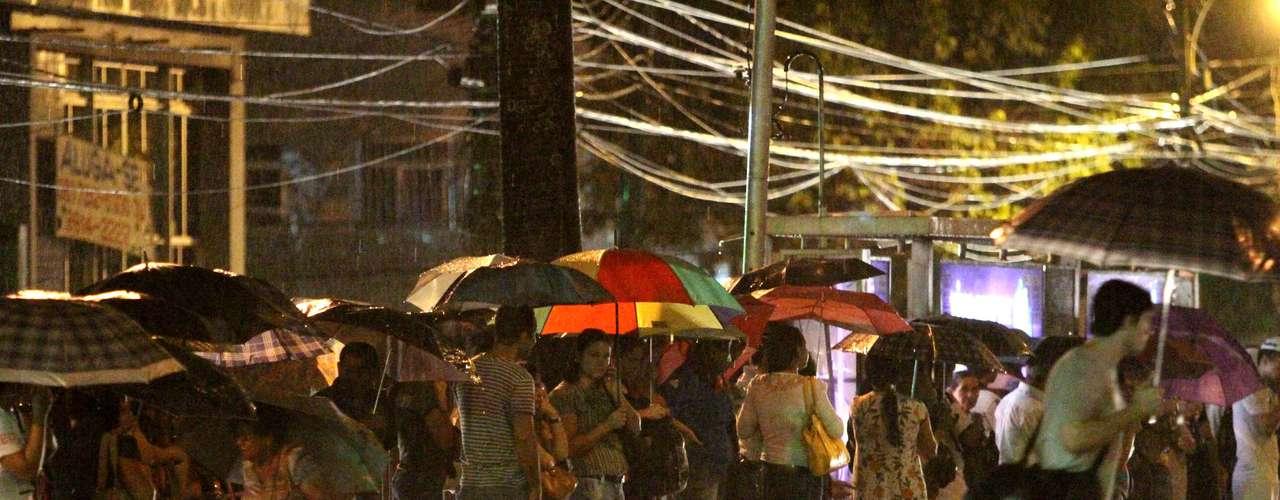 1° de julho Além da greve de funcionários do sistema de ônibus, os moradores de Recife ainda enfrentam forte chuva nesta noite