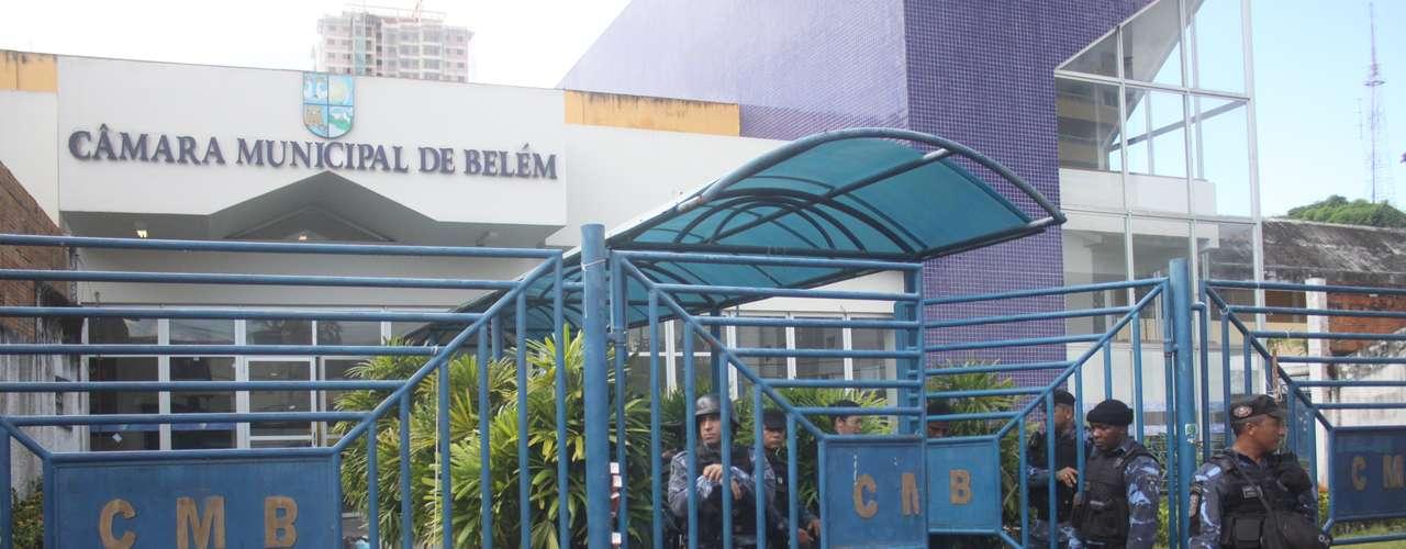 2 de julho -  Entrada da Câmara Municipal de Belém é protegida por guardas municipais durante protesto