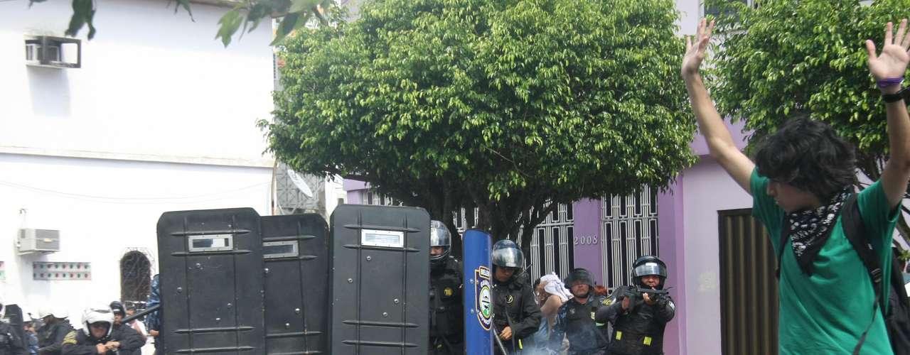 2 de julho - Insatisfeitos, os manifestantes decidiram impedir a saída dos carros dos vereadores e a Guarda Municipal reagiu violentamente em protesto em Belém (PA)