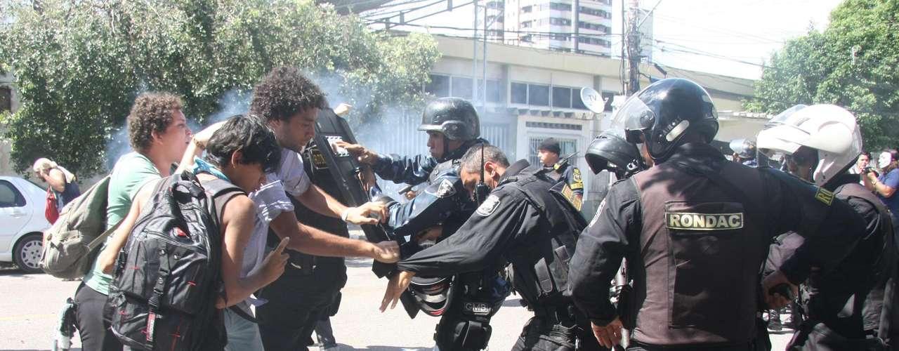 2 de julho - Guardas usaram gás lacrimogêneo para dispersar os ativistas e os expulsaram para fora do hall da Câmara de Belém