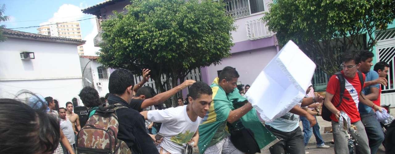 2 de julho -  Os manifestantes entraram na Câmara de Belém e tentaram forçar os vereadores a incluir o projeto de passe livre na votação do Plano Plurianual (PPA).
