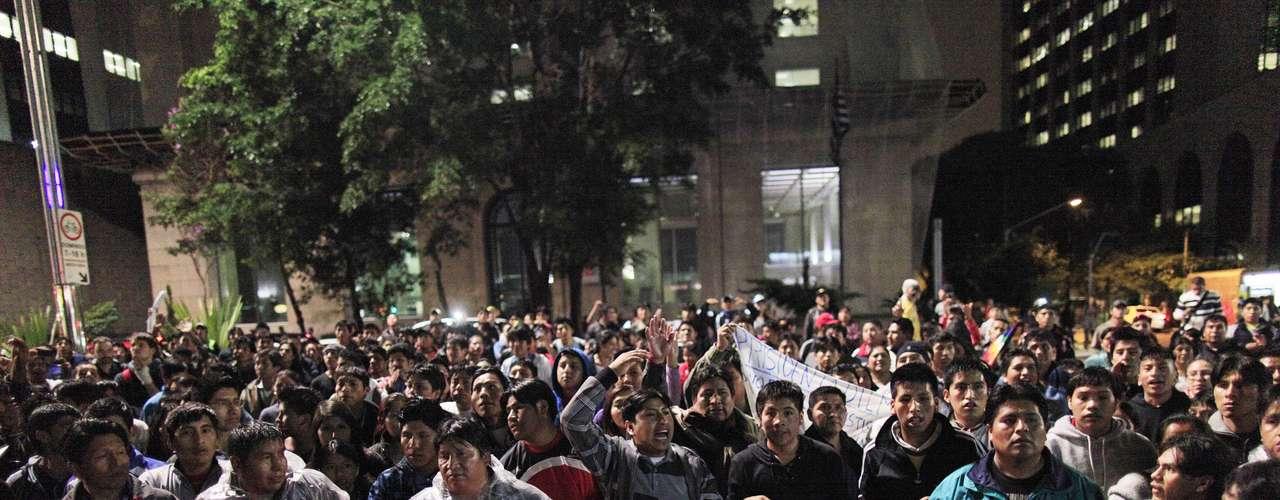 1º de julho -Cerca de 500 bolivianos protestarame pediram paz na frente do Consulado Geral da República da Bolívia no Brasil, na avenida Paulista em São Paulo, nesta segunda-feira. Manifestação foi promovida após a morte do garoto boliviano Bryan Yanarico Capcha de 5 anos, assassinado durante assalto em São Mateus, na zona leste da capital paulista