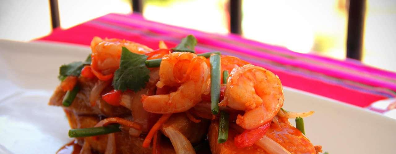 Tacu tacu O tacu tacu é uma espécie de mistura de arroz e feijão frita. Ele ganha o aspecto de uma massinha e geralmente é servido como acompanhamento de alguma carne, peixe ou fruto do mar com molho