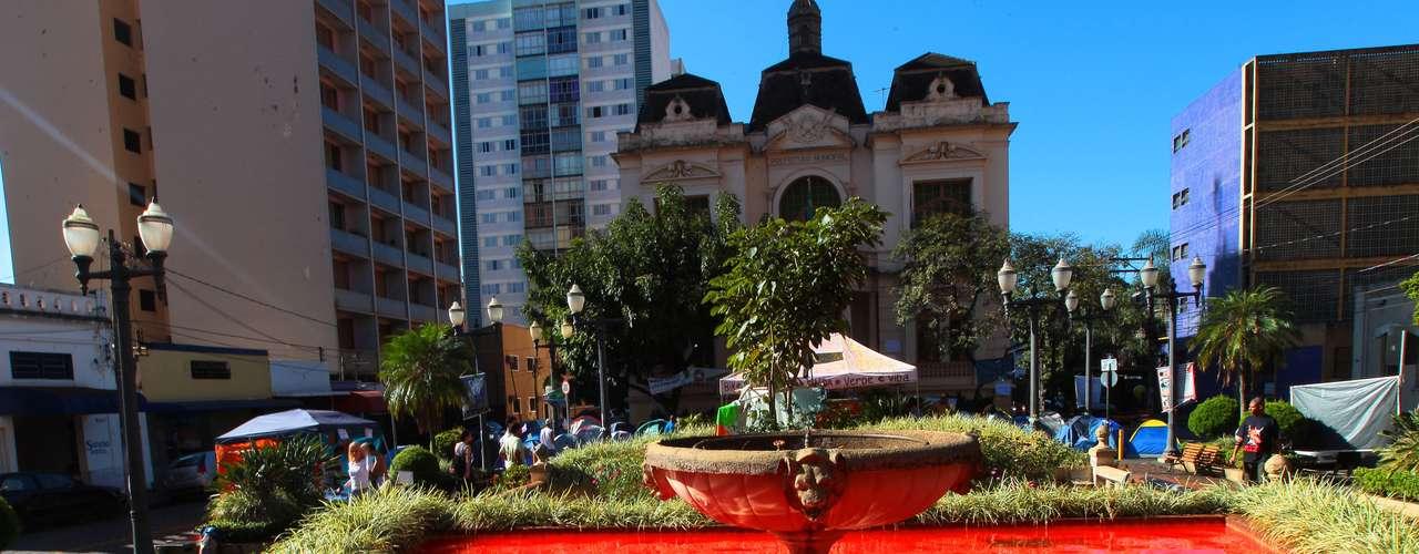 2 de julho -  A fonte da prefeitura de Ribeirão Preto (SP), foi tingida de vermelho por manifestantes. Segundo o artista João Neto, que faz parte do grupo, a tinta simboliza o sangue dos escravos que o Barão do Rio Branco escravizou