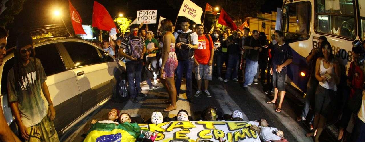 3 de julho - Várias vias foram fechadas em Belém, causando um grande congestionamento. Alguns manifestantes deitaram na rua com faixas e cartazes de protesto