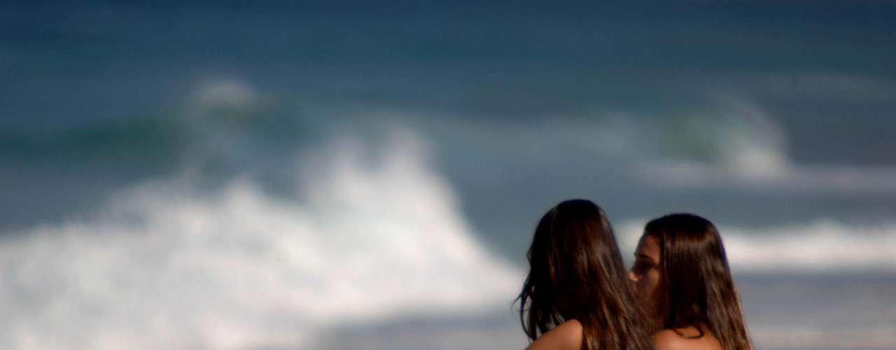 4 de julho Meninas curtem praia de Ipanema, no Rio